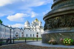Abaissez la rangée du millénaire de monument de la Russie et du saint Sophia Cathedral dans Veliky Novgorod Image stock