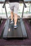 Abaissez la section de l'homme d'ajustement fonctionnant sur le tapis roulant Photo libre de droits
