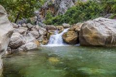 Abaissez la vue de la cascade pierreuse Image libre de droits