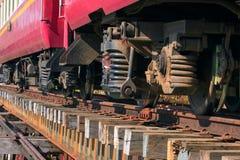 Abaissez la vue de la suspension de trainst sur le vieux pont de chemins de fer en bois Image stock