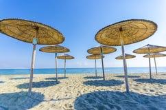 Abaissez la vue du parapluie de paille de plage Photo libre de droits