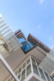Abaissez la vue sur un gratte-ciel Photos libres de droits