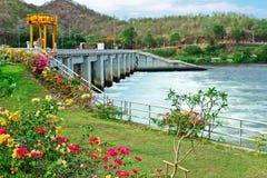 Abaissez le barrage de Mae Ping, Tak, Thaïlande Photo stock