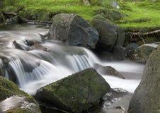 Abaissez le flot de Cwm Bychan Photographie stock libre de droits