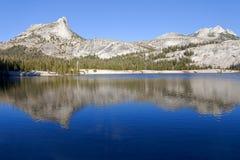 Abaissez le lac cathedral sur John Muir Trail Image libre de droits
