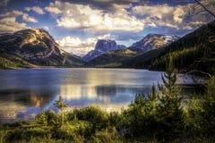 Abaissez le lac green River avec la montagne supérieure carrée 2 photos libres de droits