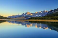 Abaissez le lac Kananaskis au coucher du soleil un jour clair d'été Photographie stock