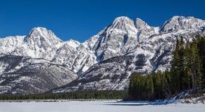 Abaissez le lac Kananaskis, congelé à la base des montagnes Images libres de droits