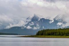 Abaissez le lac Kananaskis un jour orageux Photos stock
