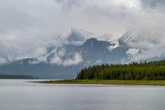 Abaissez le lac Kananaskis un jour orageux Image libre de droits