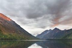 Abaissez le lac Multinskoe au coucher du soleil Paysage de montagnes d'Altai Images stock