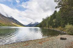 Abaissez le lac Multinskoe, montagnes d'Altai Russie Autumn Landscape Photo stock
