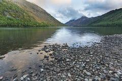 Abaissez le lac Multinskoe, montagnes d'Altai Russie Autumn Landscape Image stock