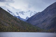 Abaissez le lac Multinskoe, montagnes d'Altai Russie Autumn Landscape Photographie stock