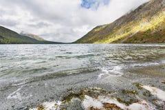 Abaissez le lac Multinskoe, montagnes d'Altai Russie Autumn Landscape Images libres de droits