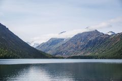 Abaissez le lac Multinskoe Paysage de montagnes d'Altai Photos stock
