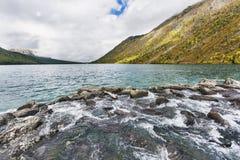 Abaissez le lac Multinskoe Vue de Shumi Automne l de montagnes d'Altai Images libres de droits