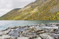 Abaissez le lac Multinskoe Vue de Shumi Automne l de montagnes d'Altai Photo libre de droits