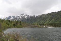 Abaissez le lac Multinskoye, République d'Altai Photographie stock libre de droits