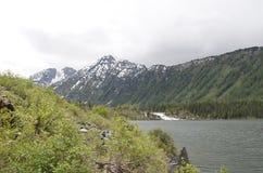 Abaissez le lac Multinskoye, République d'Altai Images stock