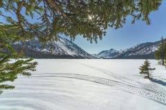 Abaissez le lac Multinsky sous la neige, un jour ensoleillé Images libres de droits