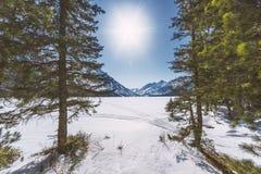Abaissez le lac Multinsky sous la neige, un jour ensoleillé Photos libres de droits