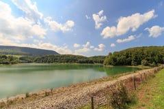 Abaissez le lac pour la station d'hydroélectricité de Glems Photographie stock