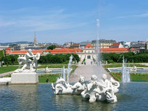 Abaissez le palais et les fontaines dans le belvédère de parc à Vienne Photo stock