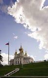 Abaissez le parc dans Peterhof Photo stock