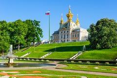 Abaissez le parc et l'église des saints Peter et Paul dans Petergof Photo stock