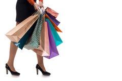 Abaissez le plan rapproché, fille de marche tenant les sacs en papier d'achats et le pac Photo libre de droits