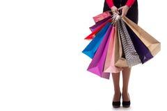 Abaissez le plan rapproché, fille de standng tenant les sacs en papier d'achats et le pac Photographie stock