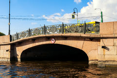 Abaissez le pont de cygne au-dessus du canal de cygne situé sur le remblai de rivière de Moika à St Petersburg, Russie Photographie stock