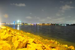 Abaissez le réservoir de Seletar avec des roches sur son bord Photo libre de droits