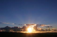 Abaissez le troisième coucher du soleil vif Images libres de droits