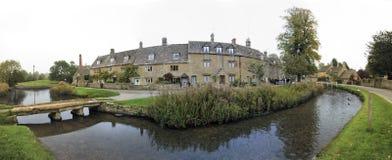 Abaissez le village Oxfordshire R-U de cotswalds d'abattage Images libres de droits