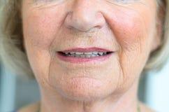 Abaissez le visage d'une femme supérieure avec des lèvres entrebâillées Photographie stock
