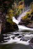 Abaissez les automnes et le canyon au parc d'état de Letchworth - la cascade et tombent/Autumn Colors - New York Photo libre de droits