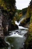 Abaissez les automnes et le canyon au parc d'état de Letchworth - la cascade et tombent/Autumn Colors - New York Image libre de droits