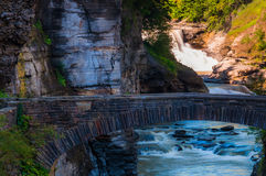 Abaissez les automnes et un pont de marche à travers la gorge du Genesee Photographie stock libre de droits