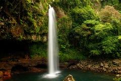 Abaissez les cascades de Tavoro en parc du patrimoine national de Bouma, Taveuni Photos stock