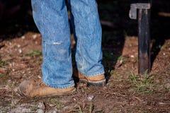 Abaissez les jambes d'un bois de charpente de fraisage d'ouvrier Photographie stock