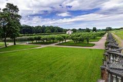 Abaissez les jardins chez Peterhof, Russie Photo stock