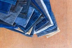 Abaissez les jeans de jambe sur un plancher en bois Photos libres de droits