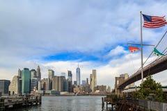 Abaissez Manhattan et pont de Brooklyn avec le drapeau américain Photographie stock libre de droits