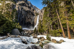 Abaissez Yosemite Falls à l'exposition long d'hiver - parc national de Yosemite, la Californie, Etats-Unis Photo stock