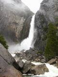 Abaissez Yosemite Falls, parc national de Yosemite, la Californie Photographie stock libre de droits