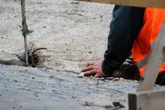 abaixando a laje de cimento e a criação da proteção do canal das tubulações de água da danificação durante o trabalho do reparo foto de stock royalty free