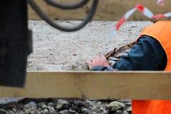 abaixando a laje de cimento e a criação da proteção do canal das tubulações de água da danificação durante o trabalho do reparo fotos de stock royalty free