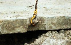 abaixando a laje de cimento e a criação da proteção do canal das tubulações de água da danificação durante o trabalho do reparo fotografia de stock royalty free